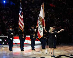 Fergie arma polémica con su interpretación del Himno de EU