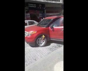 #LadyParquímetros por no pagar dos pesos daña su camioneta