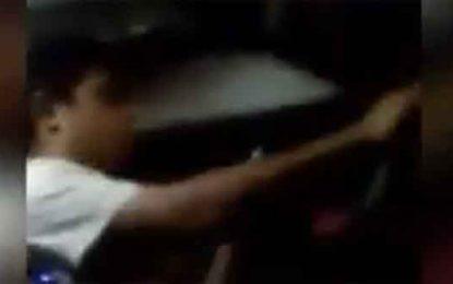Guiador de transporte público revisa su celular mientras maneja (Video)