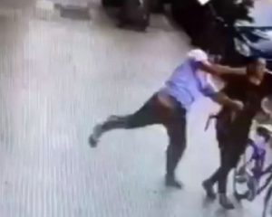 Brutal agresión de un hombre a una mujer en plena calle