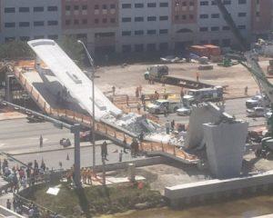 Colapsa puente peatonal en Florida