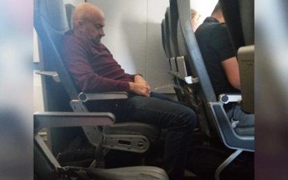 Sorprenden a un pasajero orinando el asiento de un avión