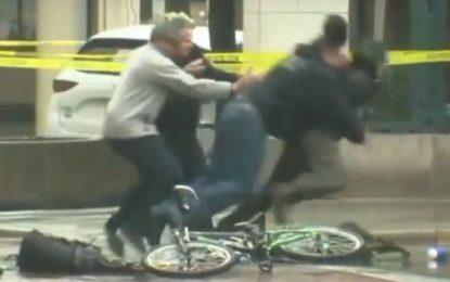 """Ciclista intenta """"desactivar una bomba"""" y la policía lo taclea"""
