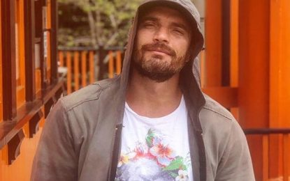 Captan a Julián Gil muy romántico con compañera de telenovela
