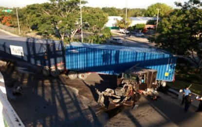 Tráiler provoca aparatoso accidente en el periférico de Mérida