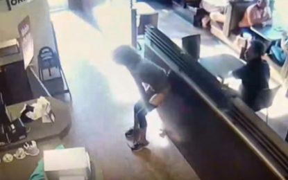 Le niegan el baño en cafetería y en venganza arroja sus heces a empleados (Video)