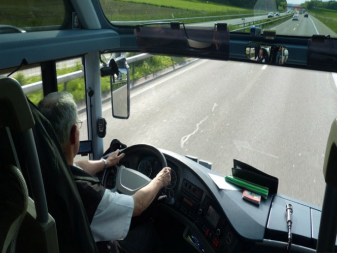 Chófer sufre derrame cerebral, pasajeros evitan accidente