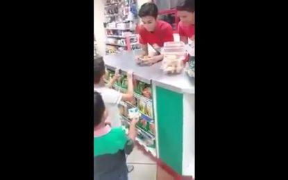 Madre da una buena lección a sus hijos por robar unos chicles (Video)