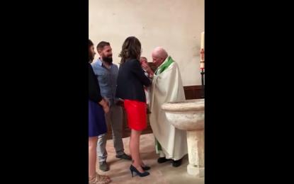 Suspenden a cura por abofetear a bebé durante bautizo (Video)