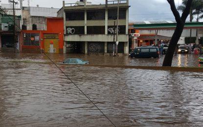 Tormenta y caída de granizo inundan vialidades en Xalapa, Veracruz