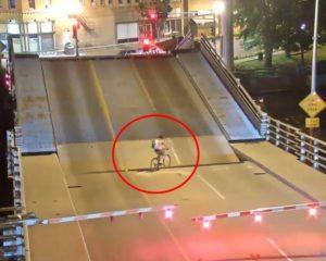 Graban el momento en que ciclista cae en puente levadizo