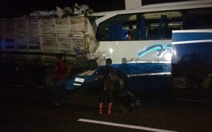 Trágico jueves: Camión de pasaje se estrella contra un Tortón, hay 3 muertos y más de 20 lesionados