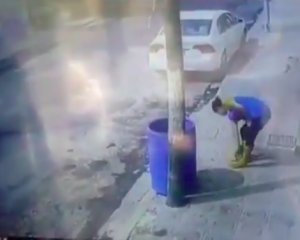 Mujer tira a la basura a perro callejero (Video)